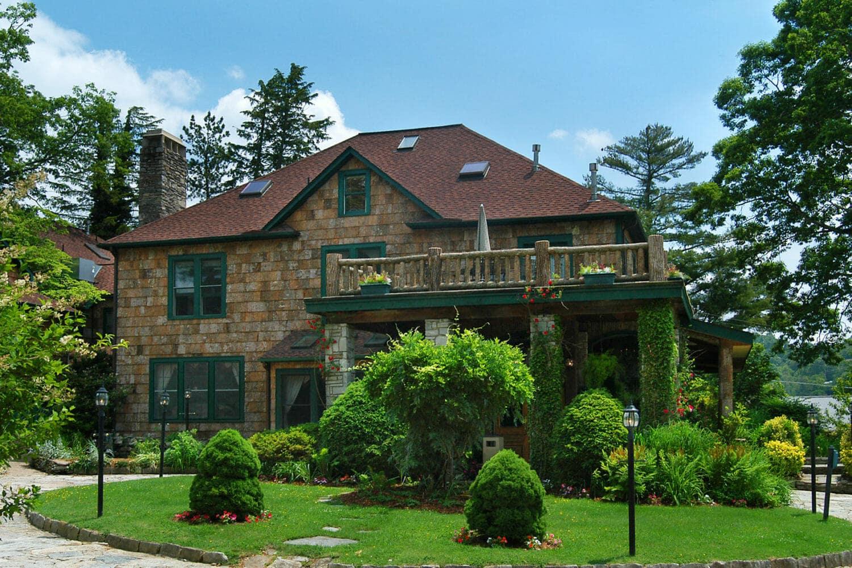 The Ragged Gardens Inn in poplar bark cladding